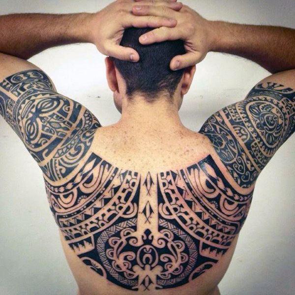 Tatuaje maori en espalda de hombre