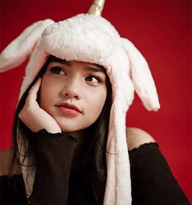 Davina Karamoy Pakai Bunny Hat