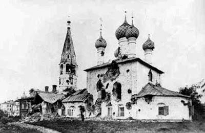 Уничтожение русских кладбищ. Церковь Николы Рубленого после обстрела большевиками. 1918 г.