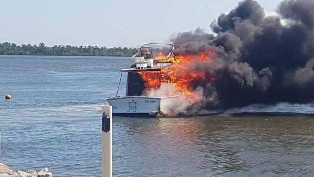 Barco que pegou fogo em Caiobá é retirado da água hoje