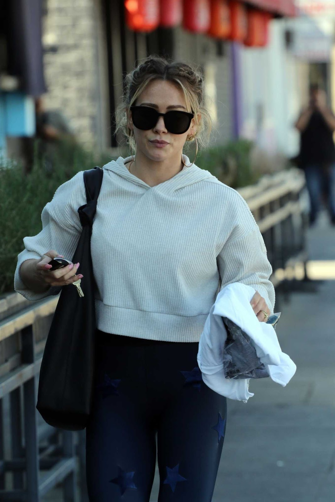 Hilary Duff : Arrives at the shop with a new hairstyle