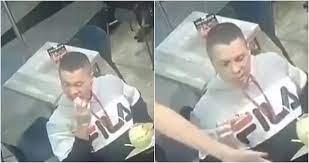 Un hombre no deja de comer sus alitas de pollo durante un robo