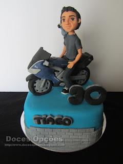 Bolo de aniversário com a moto do Tiago
