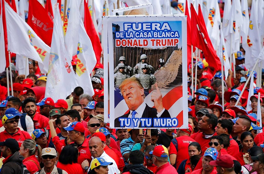 Прихильники Мадуро із банером: «Геть із Білого дому, Дональде Трампе, ти і твоя стіна»