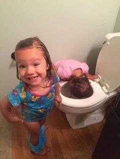 Niños se lavan cabeza en el váter