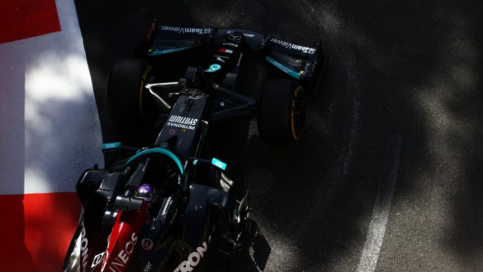 O atual campeão Lewis Hamilton não ficou feliz no FP2, terminando em 11º