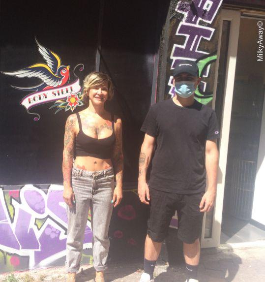 Katy et Mathias devant leur salon Body Steel Piercing à Marseille
