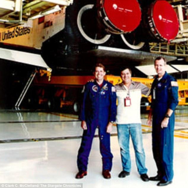 McClelland ha publicado fotos durante su tiempo con la NASA, pero afirma que nadie le cree.