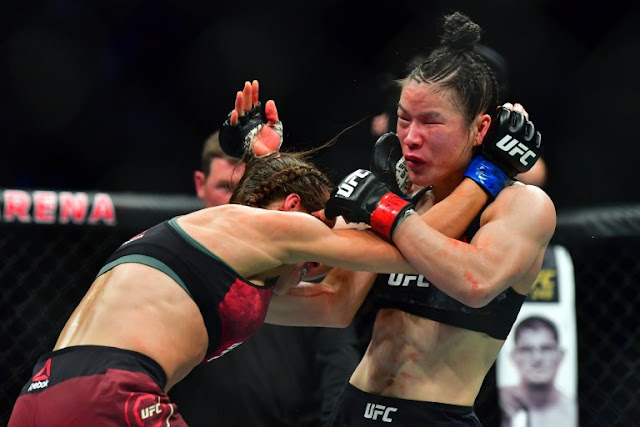 Weili Zhang wrestles with Joanna Jedrzejczyk