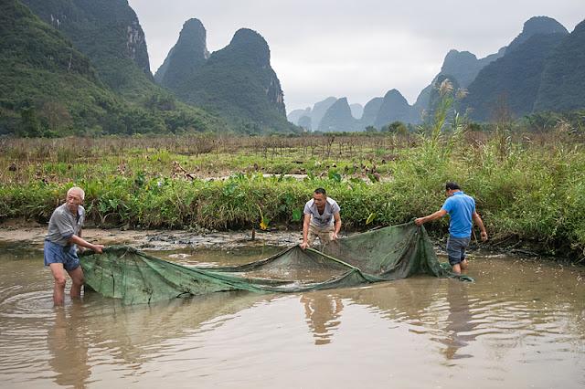 Pêcheurs au filet dans un petit étang