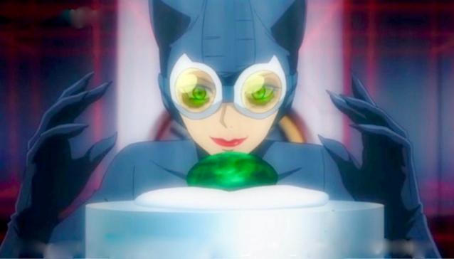 Imagem: imagem da animação em que vemos a Mulher-Gato em seu traje de gato, cor azul-escuro com um par de óculos com lentes laranjas, e as luvas com garras, prestes a tirar uma enorme pedra preciosa verde do seu suporte em algum tipo de museu.
