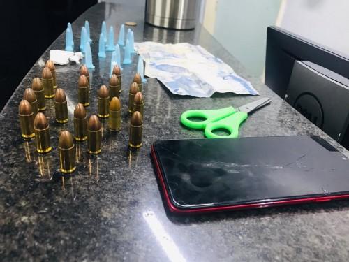 Homem é preso com drogas e munições do