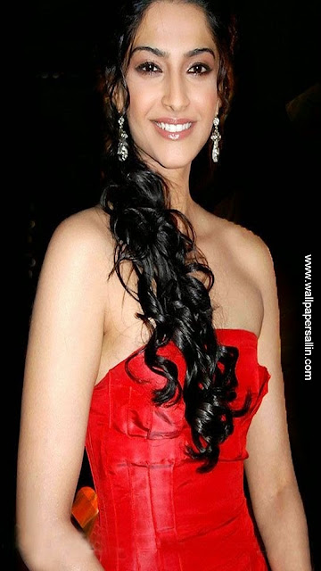 Sonam Kapoor Superhot Cleavage show + other HQ pics!!!