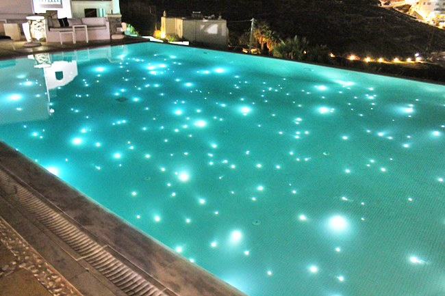 Bill & Coo Suites and Lounge pool in night