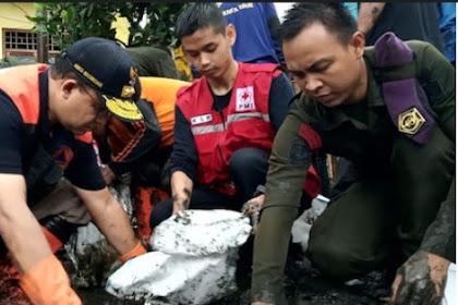 Anies Kerja Bakti Angkati Lumpur Sisa Banjir di Dekat Halim, Sempat Terendam sampai Atap