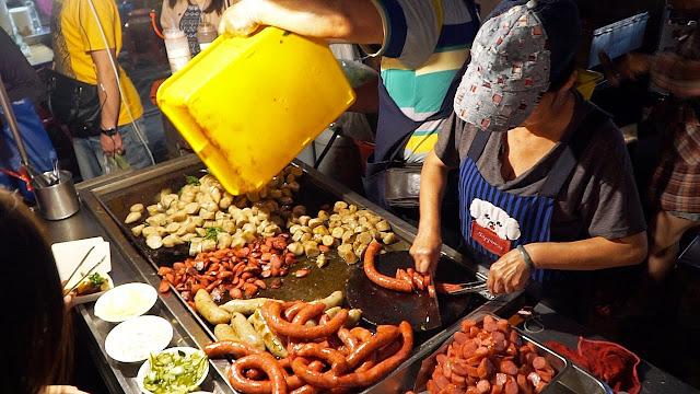 Ngoài khung cảnh cổ tích đẹp đến nao lòng đó, lễ hội đèn trời Pingxi còn thu hút du khách bởi hàng dài những cửa hàng bày bán biết bao món ăn thơm lừng, hấp dẫn. Lúc này, du khách có thể thưởng thức món bánh trôi nước truyền thống hấp dẫn, những chiếc bánh bao nóng hổi, rồi thịt nướng, mì và cả trà sữa… Chắc chắn nền ẩm thực Đài Loan sẽ khiến bạn nhớ nhung khôn nguôi.    Thời điểm Tết Nguyên Tiêu đã gần tới, vậy bạn còn chần chờ chi mà không lên kế hoạch đến với thành phố Đài Bắc cổ kính, thơ mộng để một lần đắm mình trong không khí lễ hội đèn trời Pingxi tuyệt đẹp, để tận mắt chiêm ngưỡng khung cảnh lung linh có một không hai và để gửi gắm ước nguyện về một năm mới hạnh phúc, bình an.