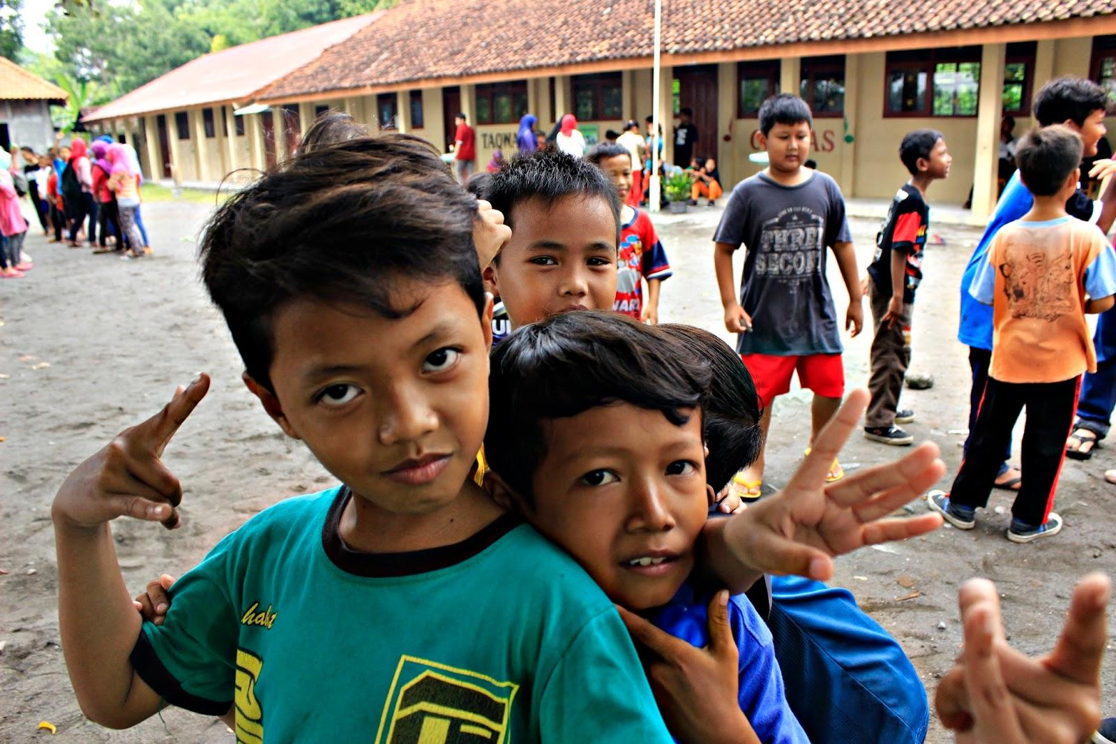 anak anak sekolah berjalan book for mountain sd sribit bambanglipuro bantul