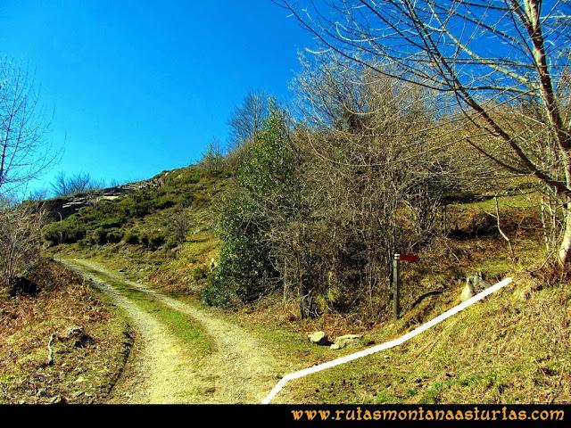 Ruta al Pico Pierzu: Llegando a la cantera, el camino se desvía a la derecha