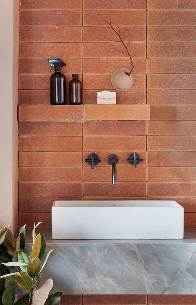 ilariafatone.com une salle de bains habillée en briques