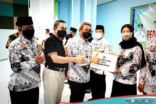Bupati Pati Haryanto Serahkan Bantuan Sembako ke 225 Anggota PGRI Pati