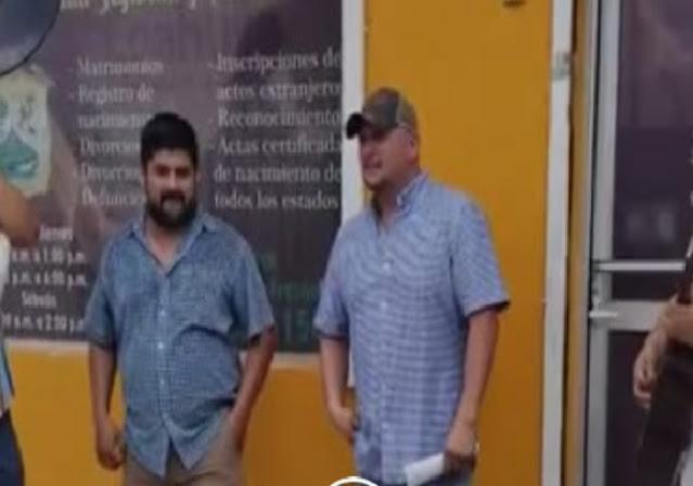 Sujeto celebró su divorcio con banda afuera del Registro Civil, Lo tunden en redes (Video)