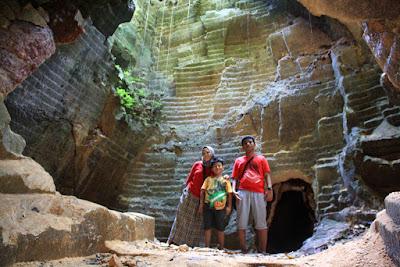 Ruangan yang besar di dalam gua Arosbaya.