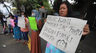 Kecam Aksi Kekerasan Demo DPR, Emak-Emak Geruduk Polda Metro Jaya