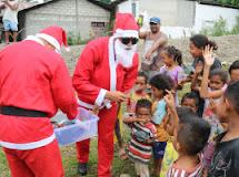Satgas Yonif Raider 712/WT Jadi Sinter Klas Bagikan Hadiah Natal Untuk Anak-Anak Perbatasan