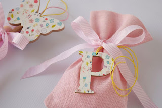 ροζ μπομπονιέρες με ξύλινο αρχικό γράμμα και διακοσμητικά στικ με πεταλούδα