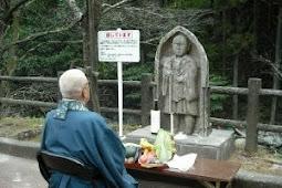 身元不明のお地蔵さん発見 公園に仮置き、供養
