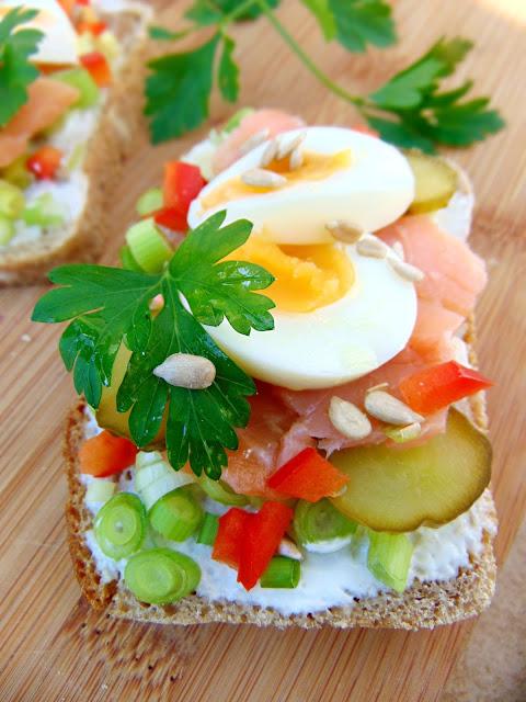 Kanapka żytnia z sosem chrzanowym, wędzonym łososiem, jajkiem i warzywami