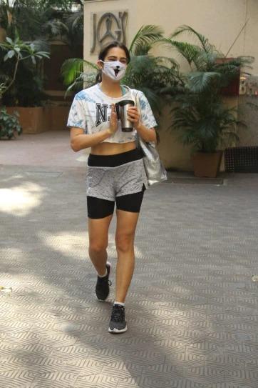 Sara Ali Khan pairs crop top and mini shorts with quirky mask at gym