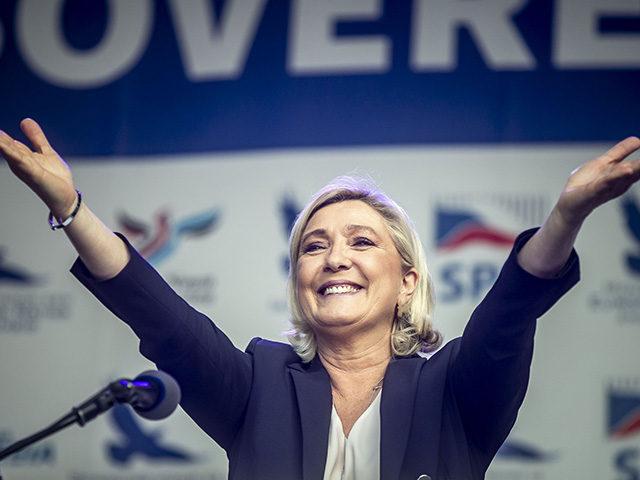 """Marin Le Pen: Makronas turi pasitraukti iš prezidento posto, bet jis neturi """"nei sąžiningumo, nei orumo"""""""