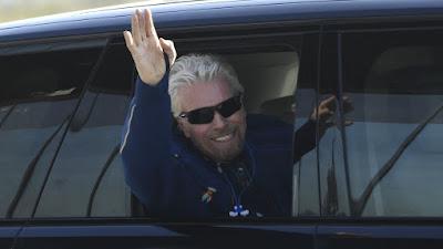 Richard Branson conclui primeira viagem espacial comercial