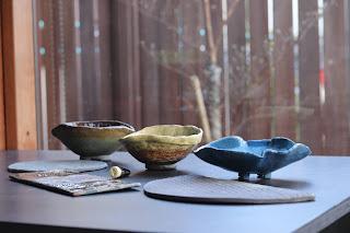 生徒さんの陶芸体験教室の作品。3つの鉢と3つの陶盤