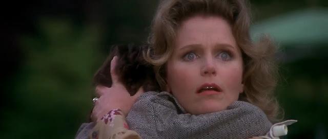 Katherine Thorn dan Damien di film The Omen (1976) menyaksikan pengasuhnya, Holly tewas