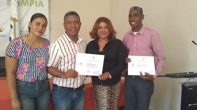 VILLA JARAGUA: Alcaldía entrega certificados a servidores municipales participaron en talleres de capacitación.