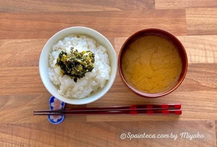 ごまのきいた大根の葉特製ふりかけがのった白米とお味噌汁を上から撮影