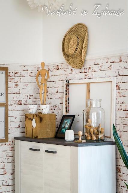 Boheme: Holzklotz, alter Strohhut, weiße Leinwand, Stempel im Glas, Vase mit Rillen, Zeichenpuppe, Windlichter von Hübsch Interior, Holzkette von Schwiegermutter