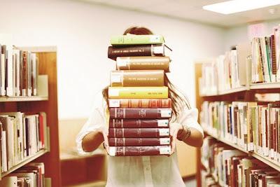 Resultado de imagem para comprando livros