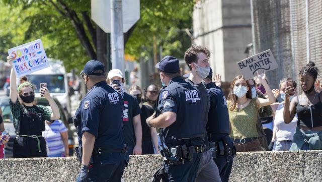 """Abogado de la familia de George Floyd: """"EE.UU. tiene la cultura policial más mortal en el mundo moderno"""""""