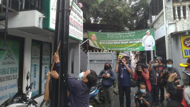 Geruduk Petamburan, Brimob-TNI Copoti Spanduk FPI