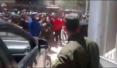 شاهد ... لحظة طرد وزير السياحة في ولاية سعيدة