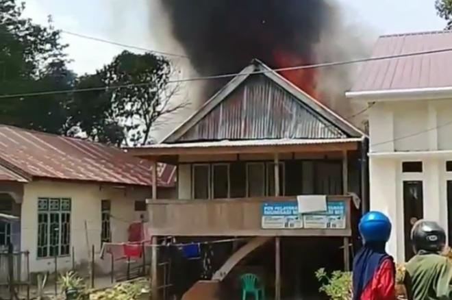 BREAKING NEWS: Dua Rumah Terbakar di Bone,  Damkar Kewalahan