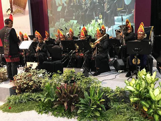 Orchestra Band pengiring TNI Al dengan busana batak dalam pembukaan acara pameran kerajinan nusantara bertajuk Kriyanusa 2017 di Jakarta Convention Centre (JCC), Jakarta