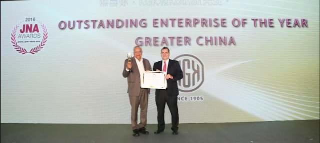 Mr. Navrattan Kothari receiving the award from Mr. Jime Essink, CEO, UBM Asia
