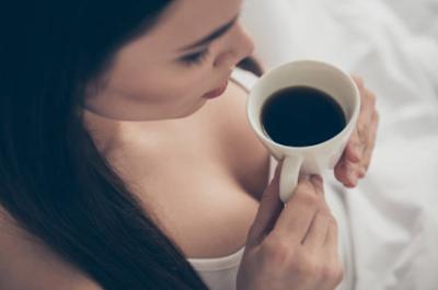 ragazza sexy beve caffè