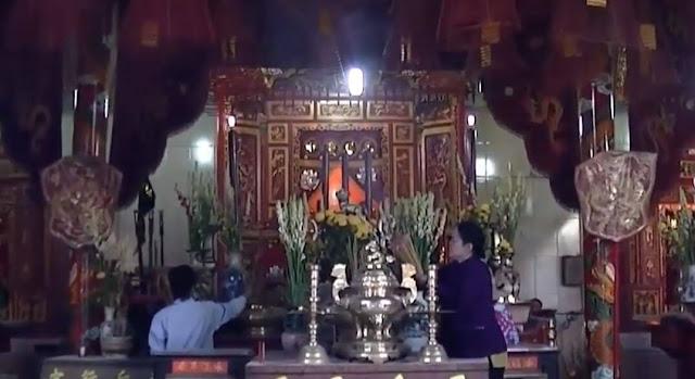 gian giữa là bàn thờ Thiên Hậu Thánh Mẫu