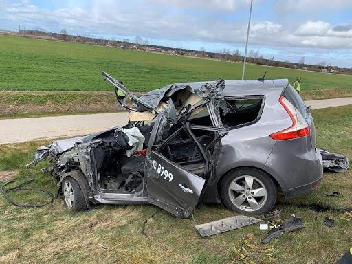 Avārijā cietušās mašīnas durvis izgriež glābēji