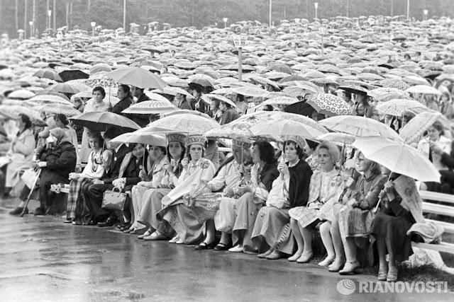 1977 год. Рига. Участники Праздника песни прячутся от дождя (автор фото: Соловьев)